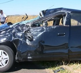 Mulher é arremessada após capotar veículo em rodovia