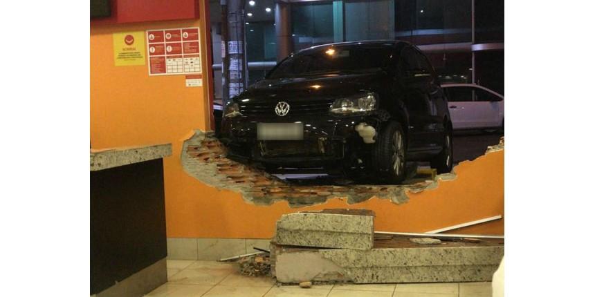 Mulher perde controle e carro invade restaurante