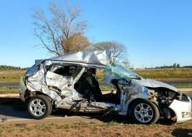 Professora morre após bater carro em caminhão em rodovia