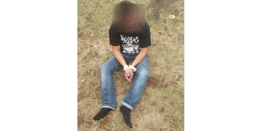 Trio é preso por sequestro e cárcere após amarrar mãos e pés de jovem e colocá-lo em carro