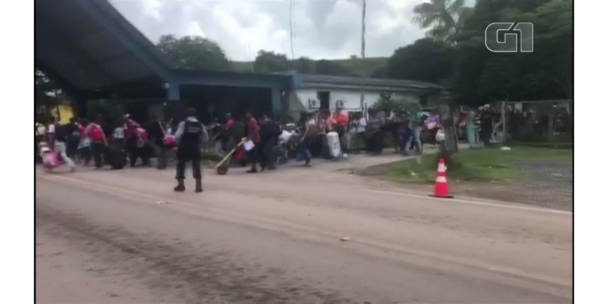 Venezuelanos atravessam a fronteira após ataques