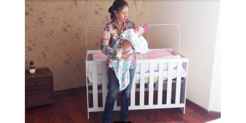 'Vou viver até os 100 para criar minha filha', diz mulher que deu à luz aos 64 anos