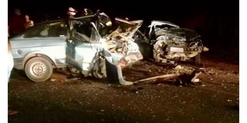 Acidente entre carros deixa morto e feridos em estrada vicinal