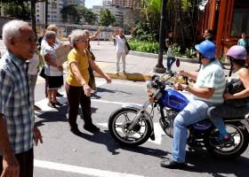 Idosos bloqueiam ruas na Venezuela para exigir pagamento da aposentadoria