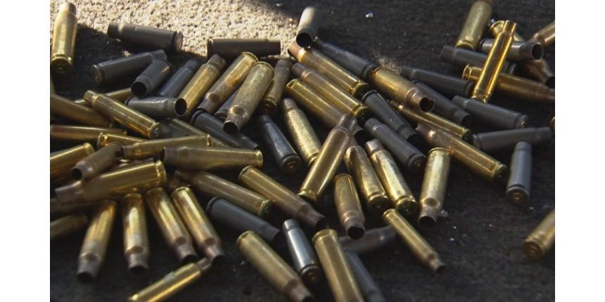 Morador recolhe centenas de cápsulas deflagradas em tiroteio após ataque a bancos em Bauru