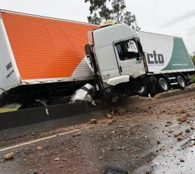 Motorista de caminhão morre ao ser arremessado de cabine depois...