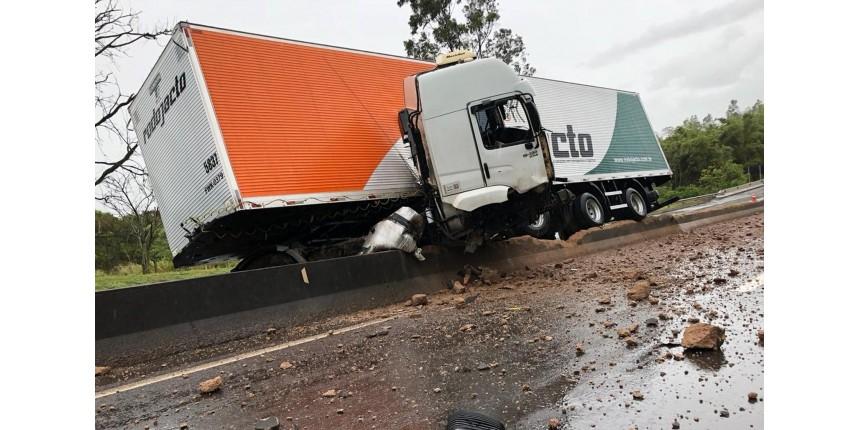 Motorista de caminhão morre ao ser arremessado de cabine depois de bater em mureta