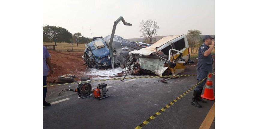 Vítimas de acidente entre van escolar e caminhão são enterradas