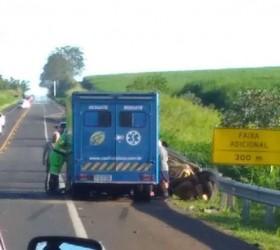 Acidente entre caminhão, carro e ambulância deixa 2 mortos