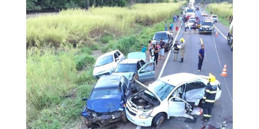 Batida entre cinco veículos deixa mãe e bebê mortos e sete feridos
