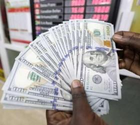 Dólar fecha no menor nível em quase 5 meses com...
