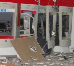 Grupo armado com fuzis explode agência bancária durante a madrugada...