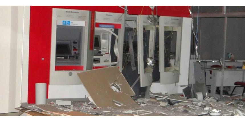 Grupo armado com fuzis explode agência bancária durante a madrugada em Bocaina