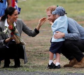 Menino de 5 anos quebra protocolo e abraça Harry e...