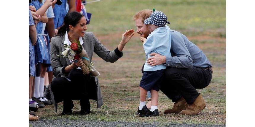 Menino de 5 anos quebra protocolo e abraça Harry e Meghan na Austrália