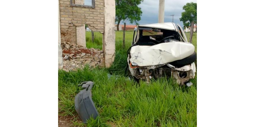 Motorista é arremessado do carro após bater em portal