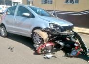 Mulher fica gravemente ferida após choque entre moto e carro