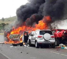 Nove veículos se envolvem em engavetamento; seis pegam fogo