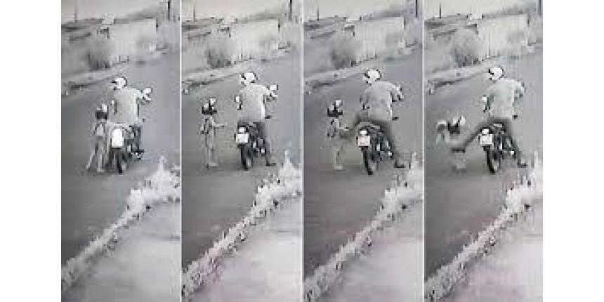 Padrasto que chutou enteado de 4 anos se apresenta à polícia após ser agredido em SP