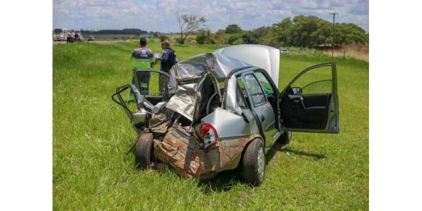 Caminhão não respeita sinalização e atinge perua escolar e carro em rodovia