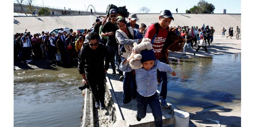 EUA fecham parte da fronteira com México após uma centena de migrantes tentar pular cerca
