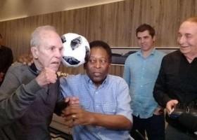 Pelé se encontra com Eder Jofre e se emociona: 'Sou um chorão'