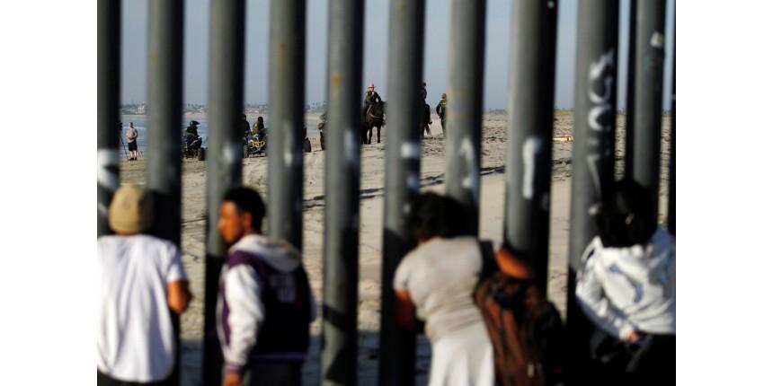 Primeiros migrantes de caravana chegam à fronteira México-EUA