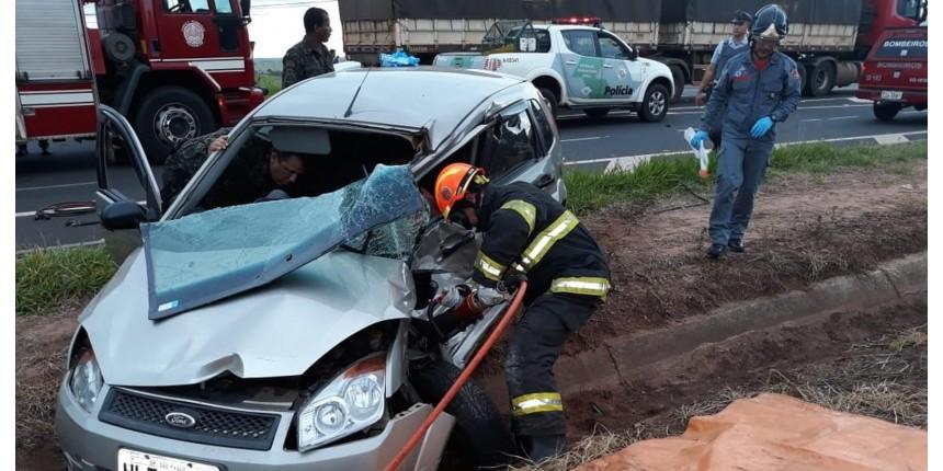 Vítima de acidente entre carro e carreta morre no hospital