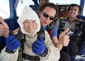 Australiana de 102 anos se torna a mais velha paraquedista do mundo