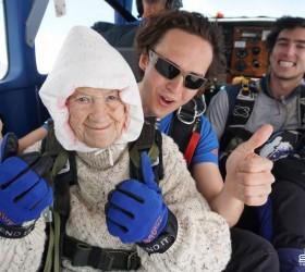 Australiana de 102 anos se torna a mais velha paraquedista...