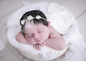 Bebê nasce com franja branca e faz sucesso nas...