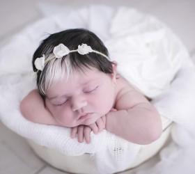 Bebê nasce com franja branca e faz sucesso nas redes...