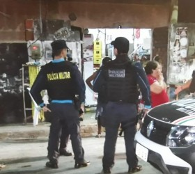 Cinco pessoas são baleadas na calçada de um bar em...