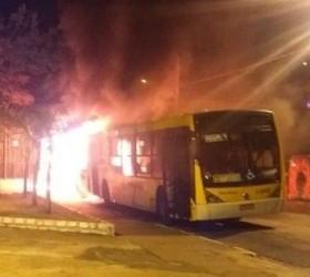 Dois ônibus são incendiados na zona leste em São Paulo