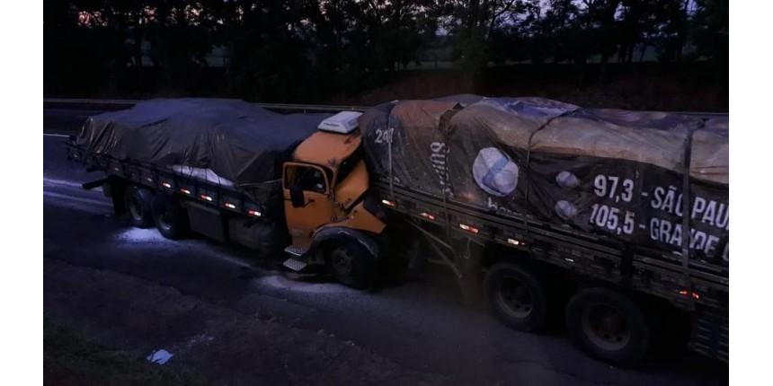 Idoso morre após acidente entre caminhões