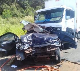 Mortos em engavetamento entre caminhão e carros na SP-333