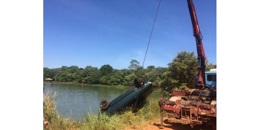 Motorista morre após perder controle e cair no rio