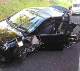 Acidente entre carro e caminhões deixa passageira morta e dois...