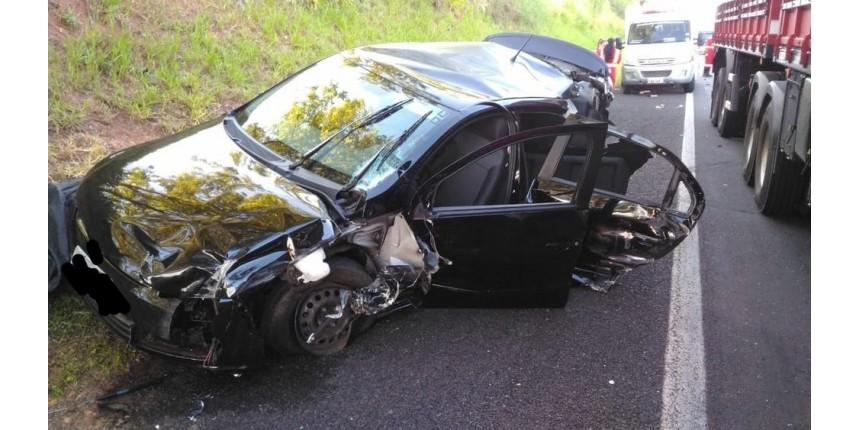 Acidente entre carro e caminhões deixa passageira morta e dois feridos em rodovia