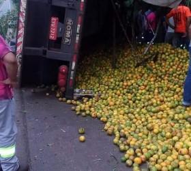 Caminhoneiro morre após tombar o veículo carregado com laranjas