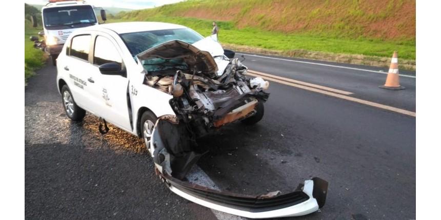Carro da Secretaria de Saúde bate em traseira de caminhão na rodovia