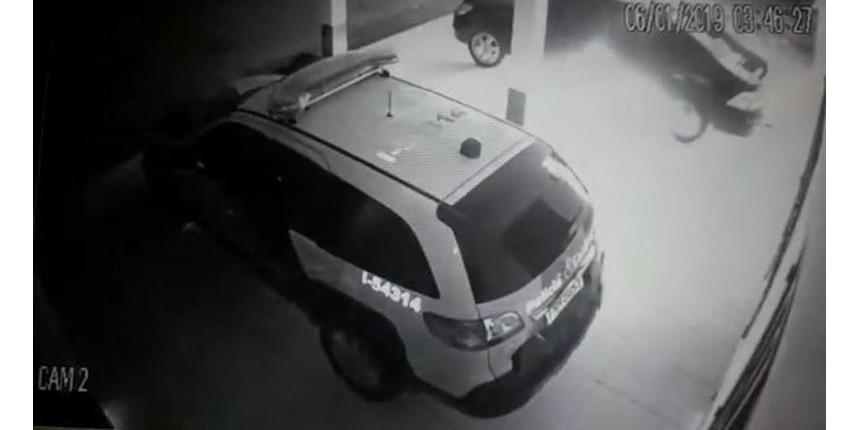 Carro de policial é incendiado em base da PM no interior de SP