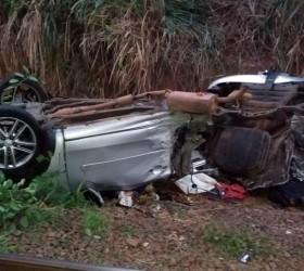 Carro despenca de viaduto e mata casal de namorados