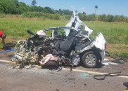 Carro fica destruído após bater de frente com caminhão; motorista...