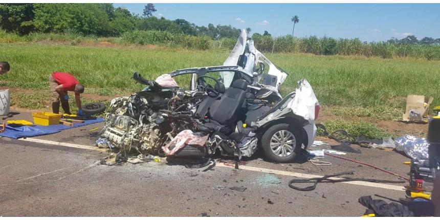Carro fica destruído após bater de frente com caminhão; motorista morreu