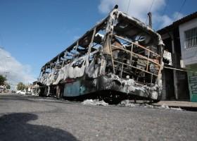 Ceará tem terceira noite seguida de ataques; carros são incendiados em concessionária...