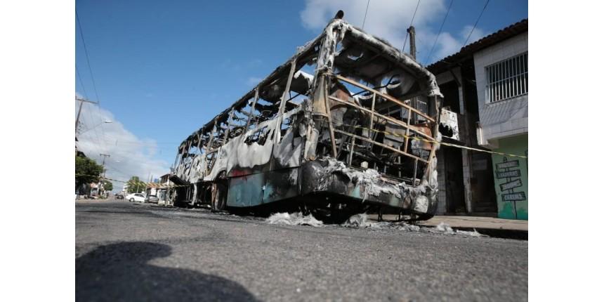 Ceará tem terceira noite seguida de ataques; carros são incendiados em concessionária e shopping