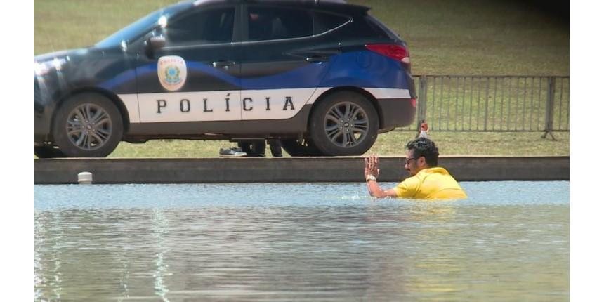 Homem invade espelho d'água do Congresso Nacional com arma de brinquedo e é detido