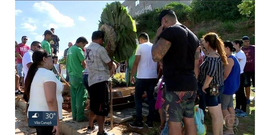 Motoboy assassinado por bombeiro após briga de trânsito é enterrado