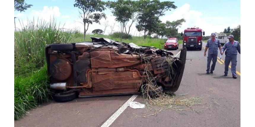 Motorista fica ferido e cachorro morre após carro capotar
